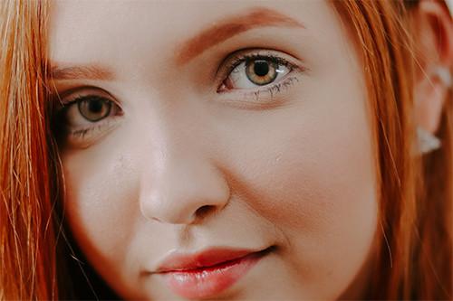 Femme avec les cheveux roux