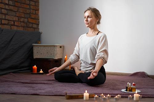 L'art de méditer et se concentrer avec une bougie