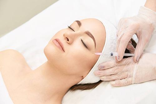 L'acide hyaluronique pour raffermir le contour des yeux